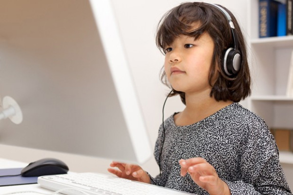 Estonia child on computer